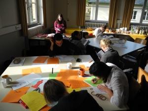 Konferenz-Teilnehmer beim Schreiben
