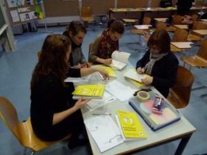 Die Autorinnen signieren ihr Buch Zukunftsmodell Schreibberatung